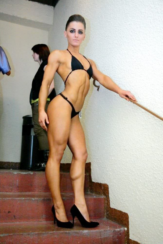 Александра Албу фото в бикини на лестнице