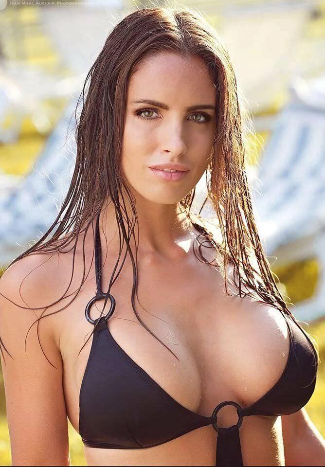 Люсия Яворчекова фото в купальнике с кольцами