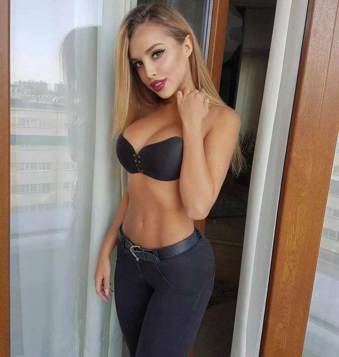 Вероника Белик фото в джинсах и бюстгальтере