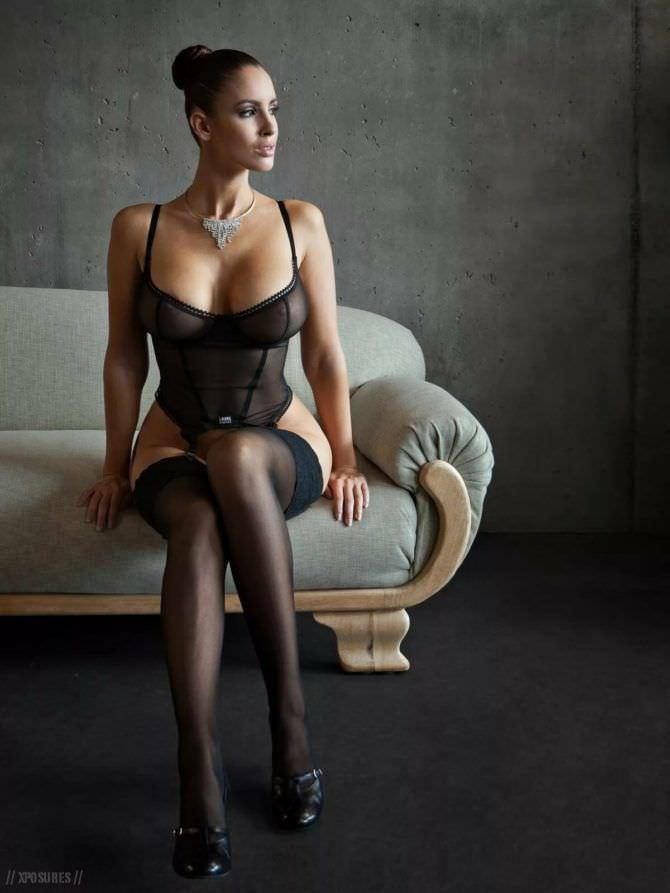 Люсия Яворчекова фото на диване в чёрном белье