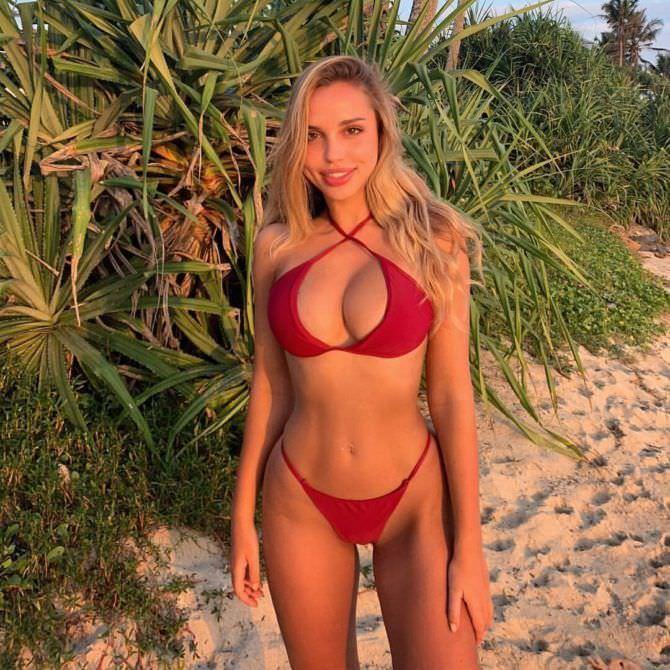 Вероника Белик фото в красном бикини