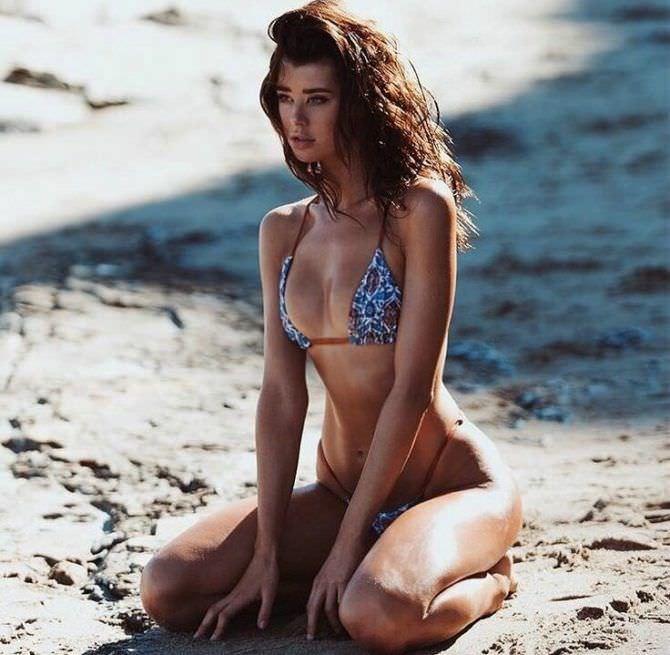 Сара Макдэниэл фото в купальнике на пляже