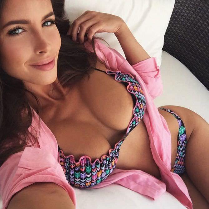 Люсия Яворчекова фото в розовой рубашке