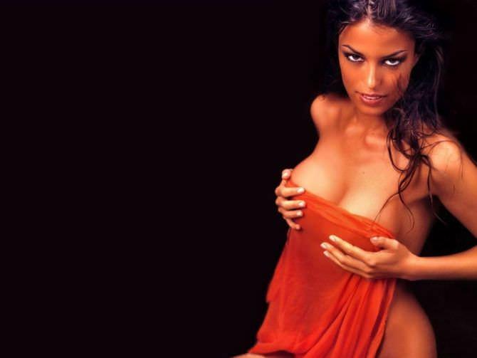 Сара Томмази фотография с красным полотенцем