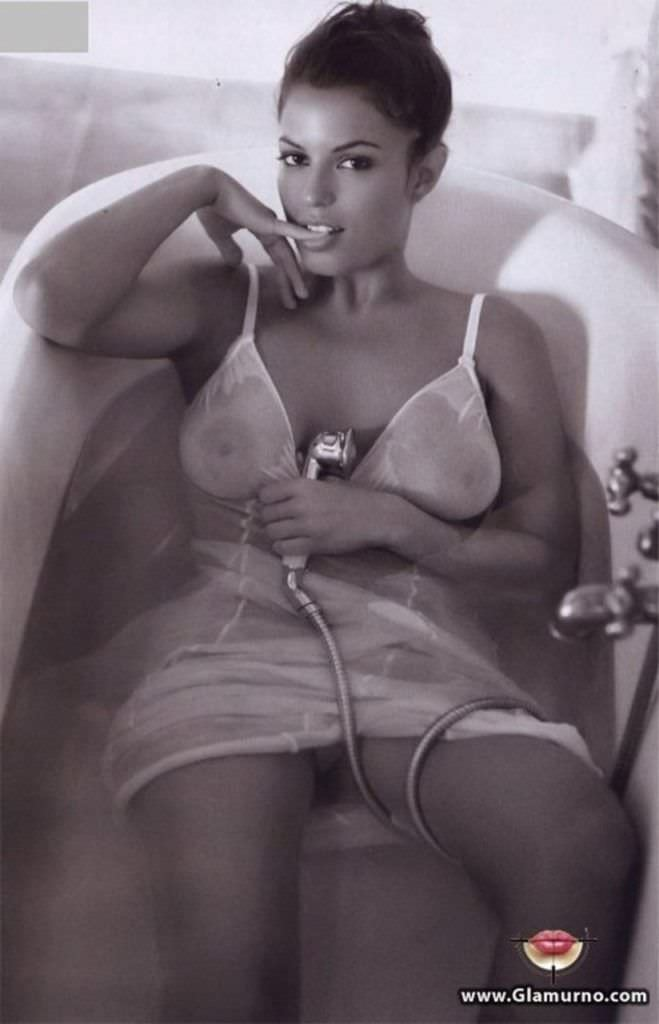 Сара Томмази фотография в ванне в платье