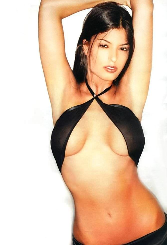 Сара Томмази фото в откровенном купальнике
