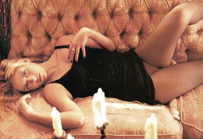 Сара Мишель Геллар фотография на диване