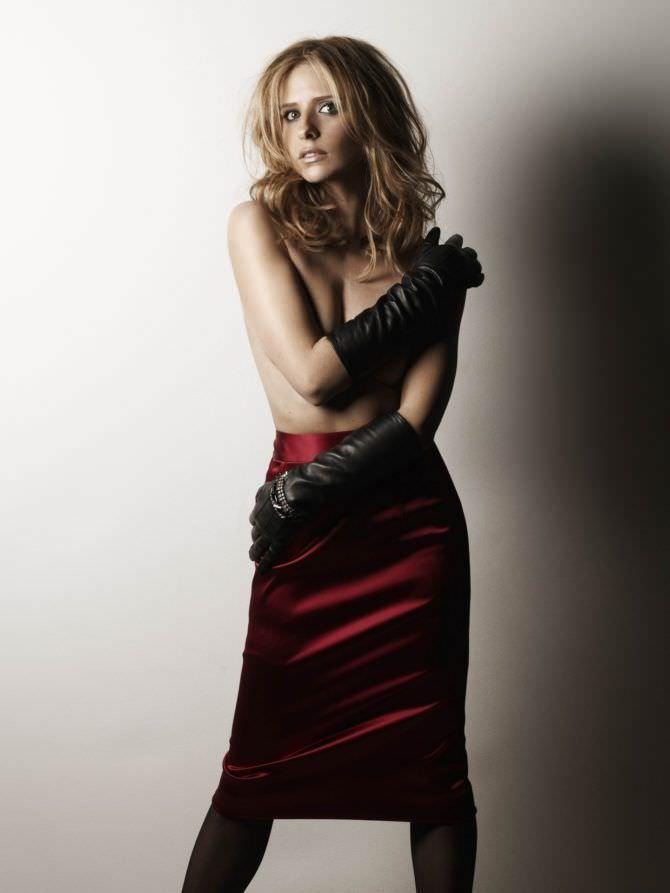 Сара Мишель Геллар фотография в красной юбке