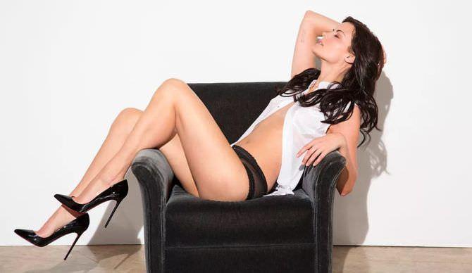 Джейми Александер фото для журнала в кресле