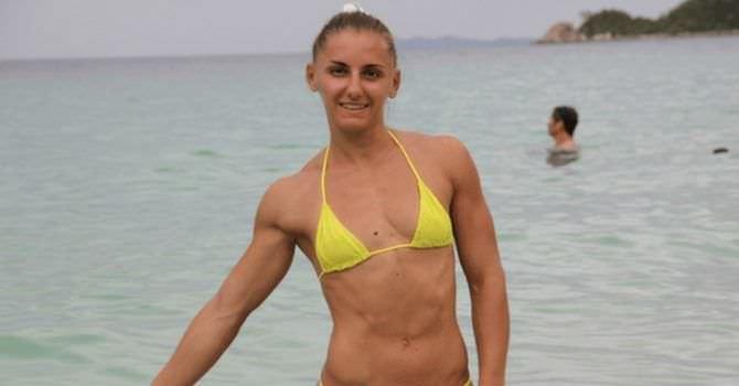 Александра Албу фото в жёлтом бикини