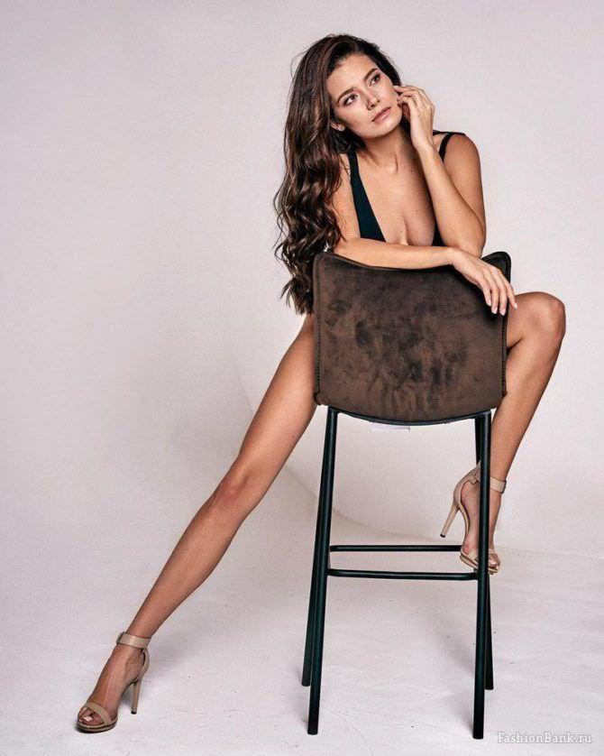 Татьяна Высоцкая фото в купальнике на стуле