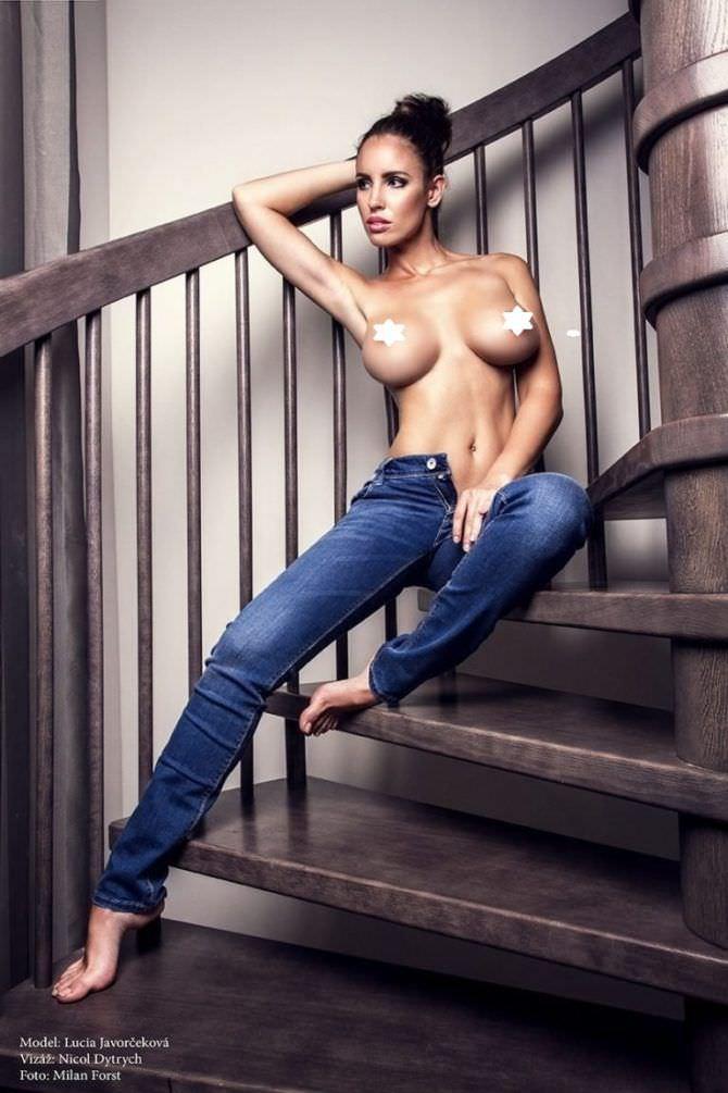 Люсия Яворчекова фото в джинсах на лестнице