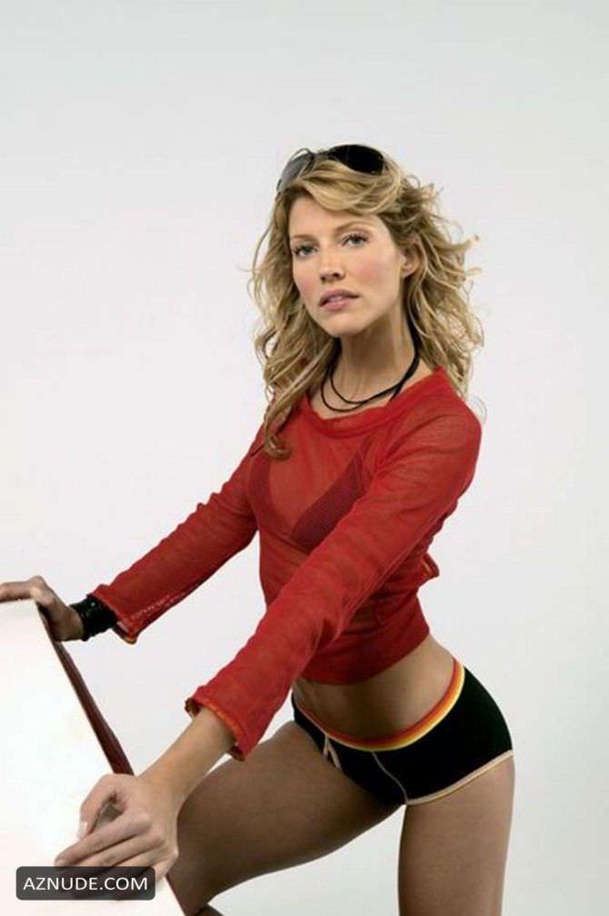 Триша Хелфер фотосессия в красной кофте