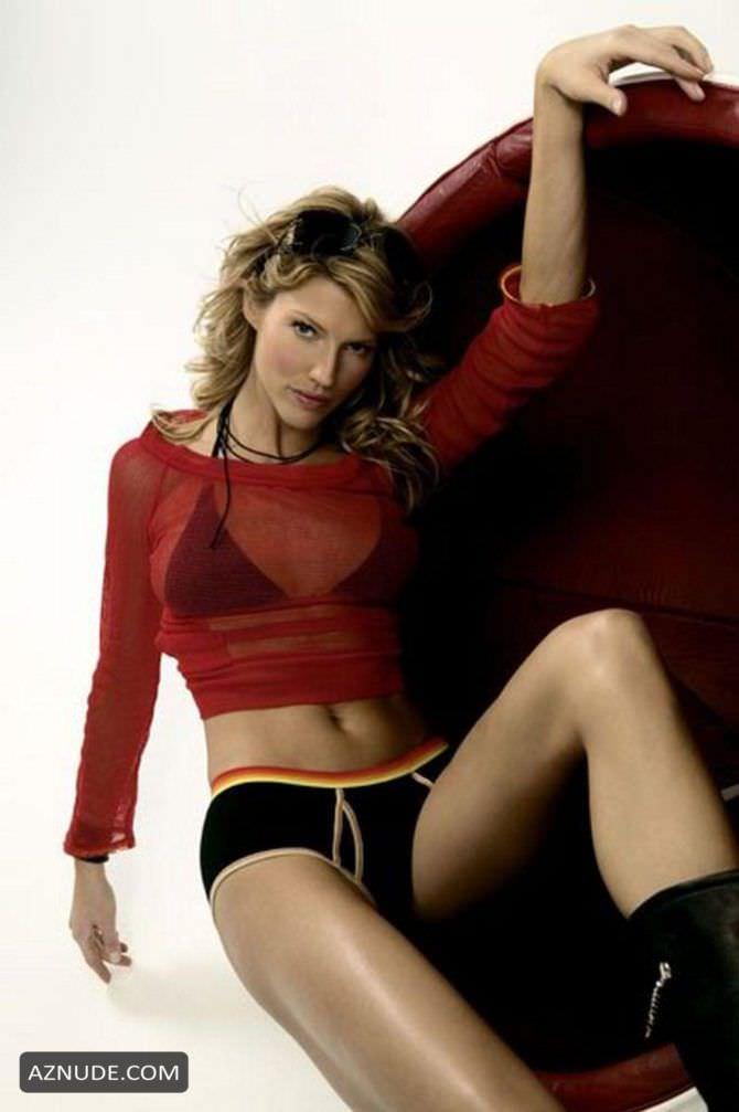 Триша Хелфер фотография в белье и красной кофте