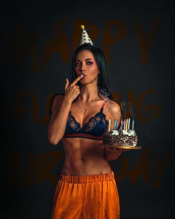 Анастасия Тукмачева фотография в белье с тортом