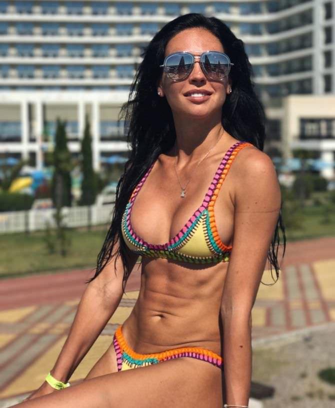 Анастасия Тукмачева фотография в цветном купальнике