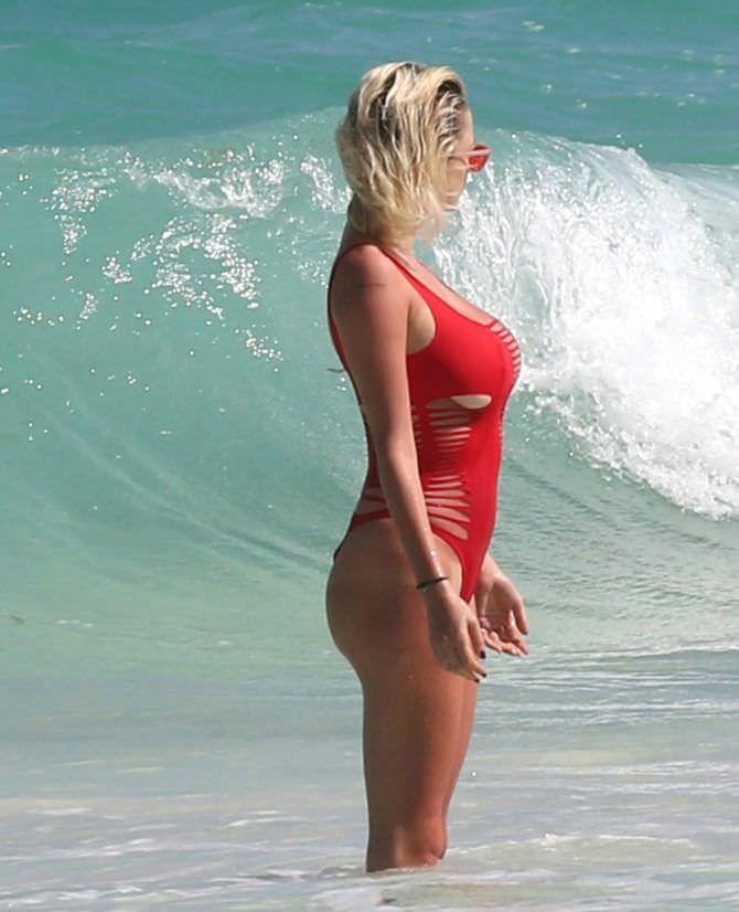 Кэролин Врилэнд фото в купальнике с волной