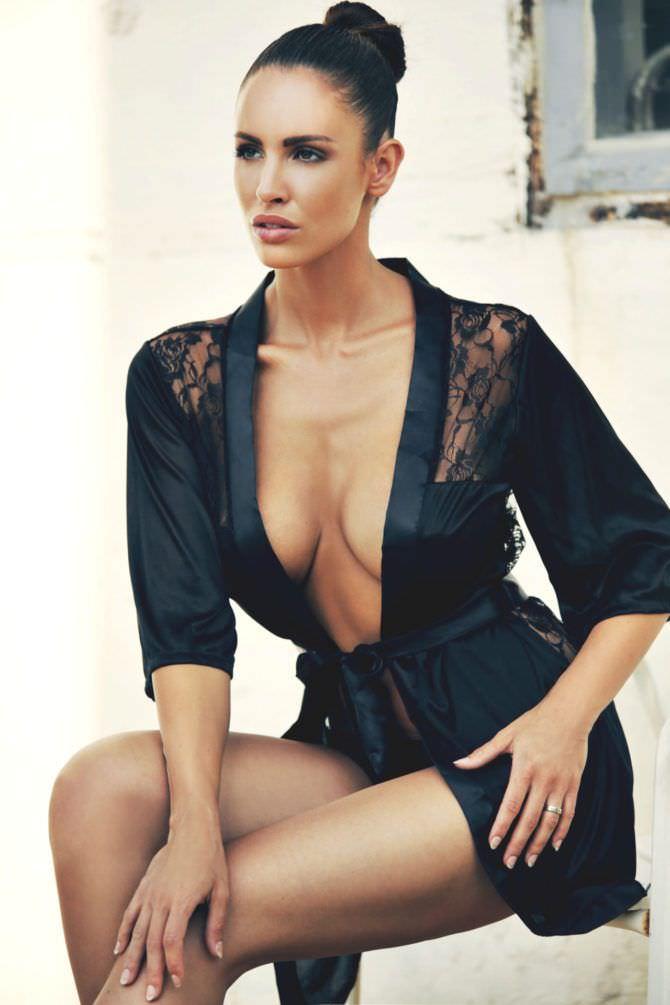 Люсия Яворчекова фотография в чёрном халатике