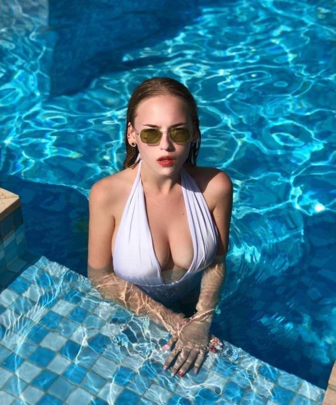 Оксана Невеселая фотография в белом купальнике