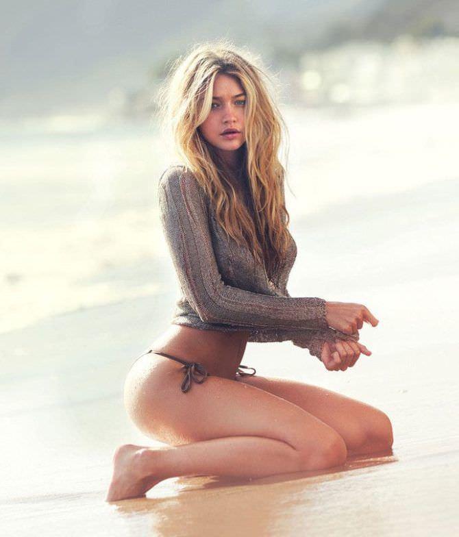 Джиджи Хадид фото в кофте на песке