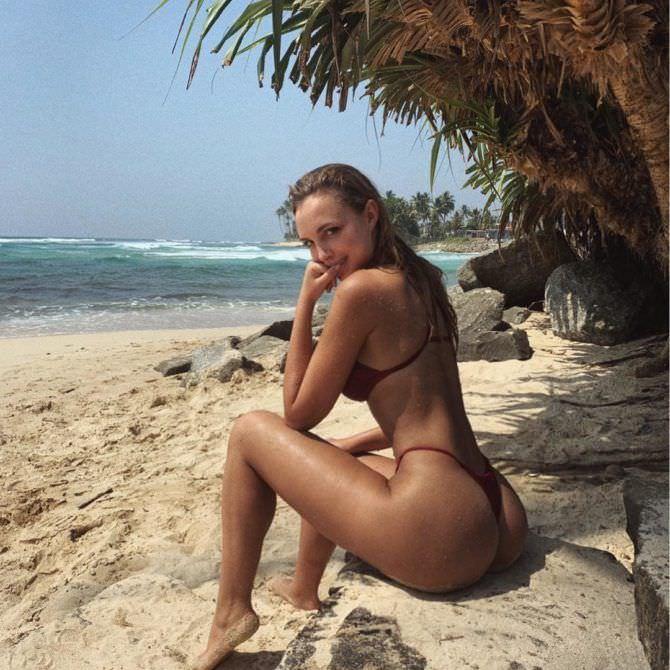 Вероника Белик фото на пляже под пальмой