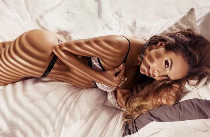 Вероника Белик фотосессия в белье на кровати
