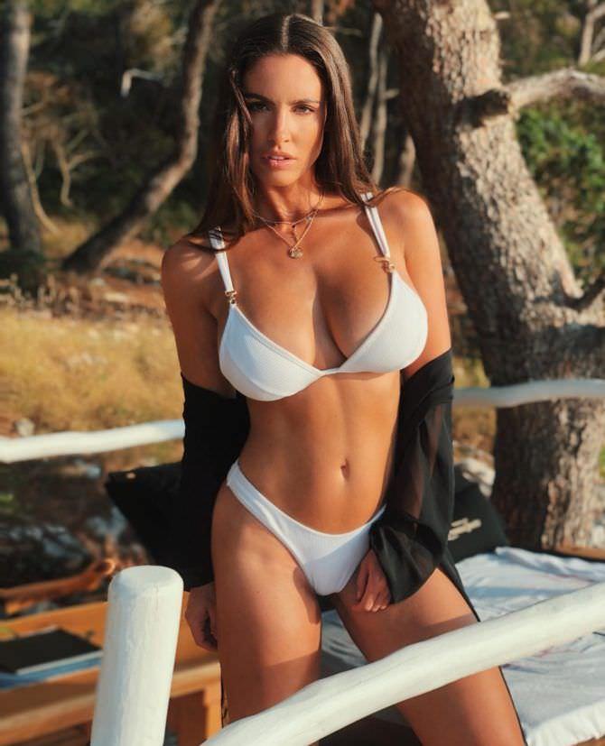 Люсия Яворчекова фото в белом купальнике и рубашке
