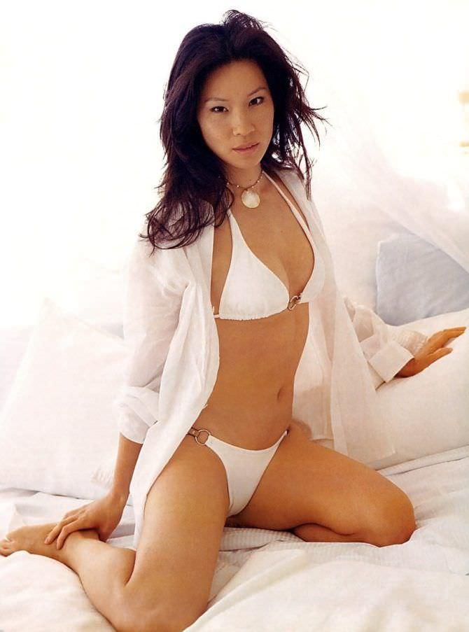 Люси Лью фото в белом бикини и рубашке