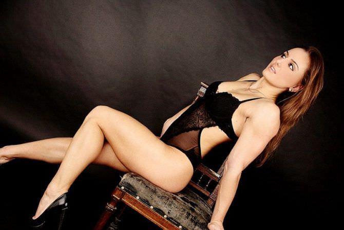 Александра Албу фото в купальнике на стуле