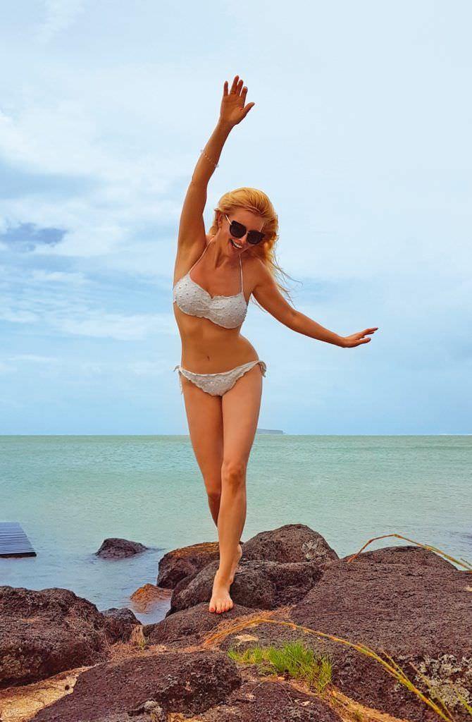 Анна Чурина фото в белом бикини