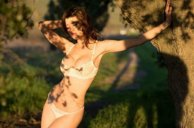 Сара Макдэниэл фотография в белье под деревом